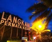 Malaysia | Langkawi Permata Kedah, das Juwel von Kedah der Strand Pantai Cenang. Ein bei Nacht beleuchtetes Schild mit der Aufschrift Langkawi Permata Kedah soll die Schönheit der Insel Langkawi zum Ausdruck bringen