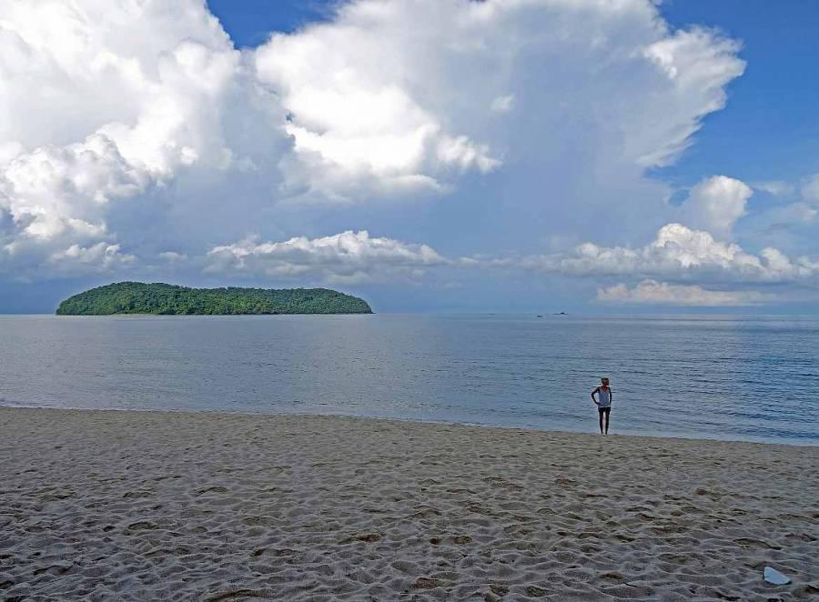 Langkawi Strände | Karin am Tanjung Rhu Beach. Einer der schönsten Strände auf Langkawi. Panorama aus weißem Sand auf das Meer bei blauem Himmel mit einigen Wolkenformationen auf die gegenüberliegenden thailändischen Inseln