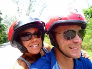 Malaysia | Karin und Henning lächelnd mit roten Helmen bei einer der Touren mit dem Roller