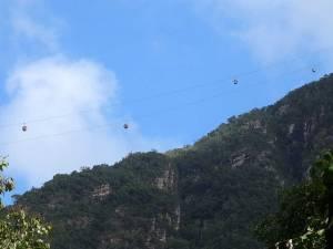 Malaysia | die Gondeln der Langkawi Cable Car führen über Urwaldgewächs hinweg auf den Mount Mat Chincang, eine der Top-Sehenswürdigkeiten