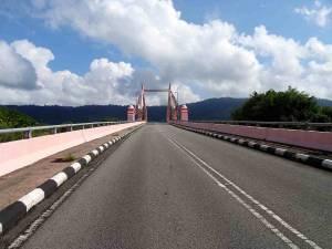 Malaysia | Der Weg über eine rosafarbene Brücke Richtung Oriental Village