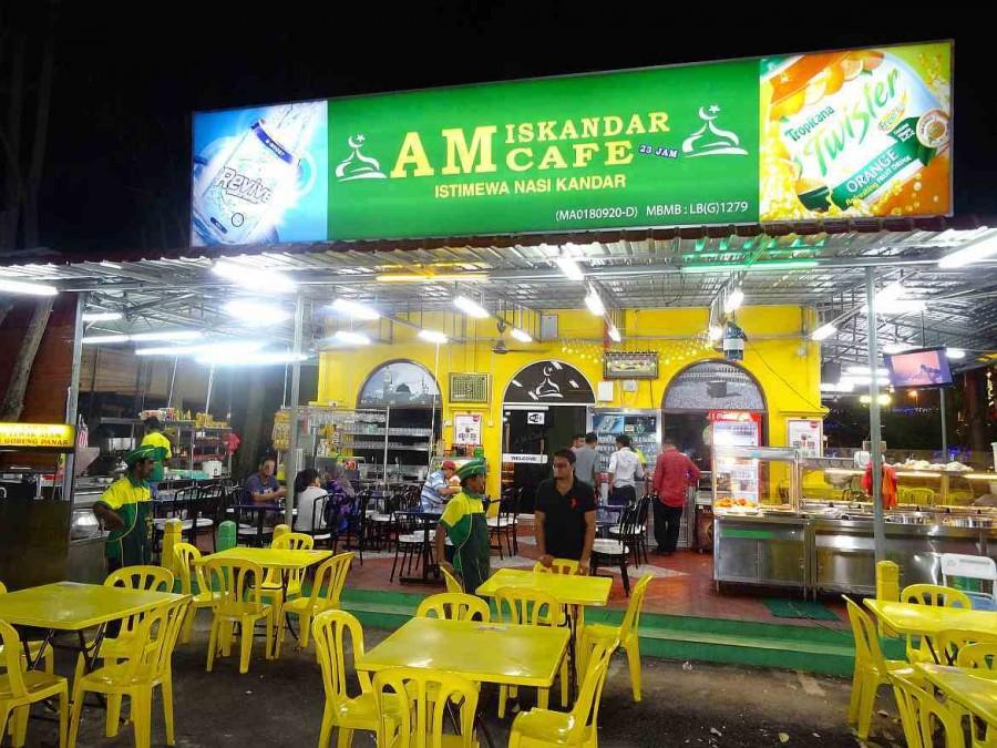 Malaysia | Ansischt des indischen Open Air Restaurants Iskander. Einer der Restaurant-Tipps in Melaka. Gelbe Stühle und Tische und Bedienungen warten auf Gäste