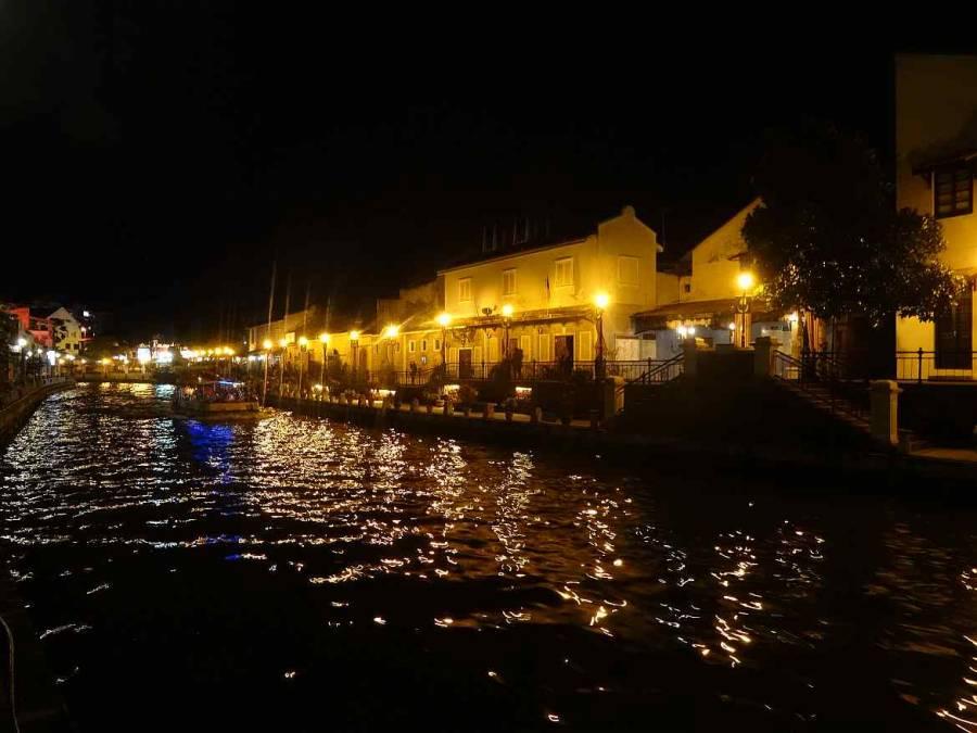 Malaysia | Melaka River bei Nacht, Lichter entlang der Promenade beleuchten die Häuser und spiegeln sich im Wasser