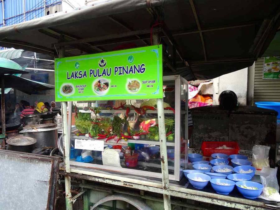 Malaysia | Rollwagen mit den Zutaten und Schalen eines Laksa Verkäufers. George Town, Penang ist für sein Laksa, eine scharf säuerliche Suppe bekannt