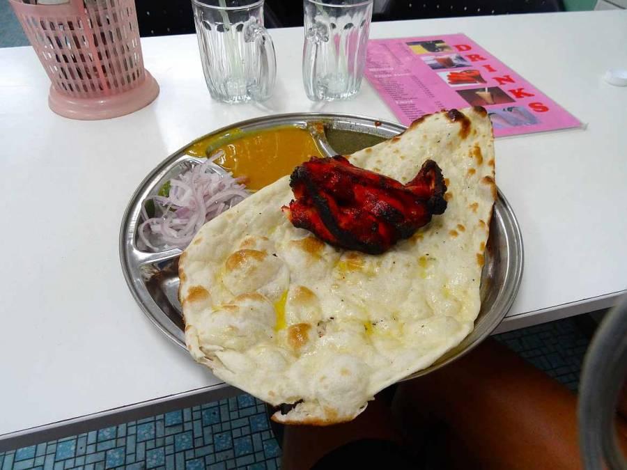Malaysia | Indisches Essen auf einem Teller: Tandoori Chicken mit Naan Brot, Zwiebeln und Soßen in George Town, Penang