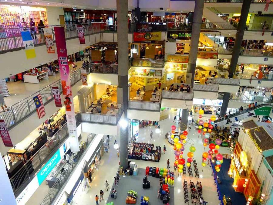 Malaysia | Komtar Mall in George Town, Penang Innenansicht. Blick von oben auf vier Stockwerken reihen sich Läden aneinender und einige Menschen shoppen