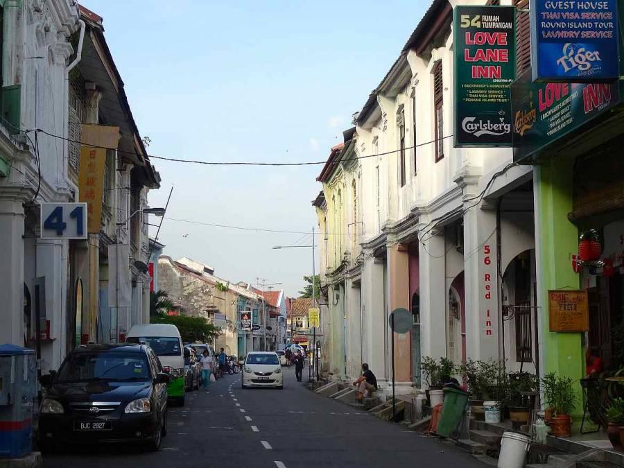 Malaysia | Eindrücke des Backpacker Viertels in der Love Lane in George Town, Penang. Hostels, parkende Autos, ein paar Menschen, blauer Himmel