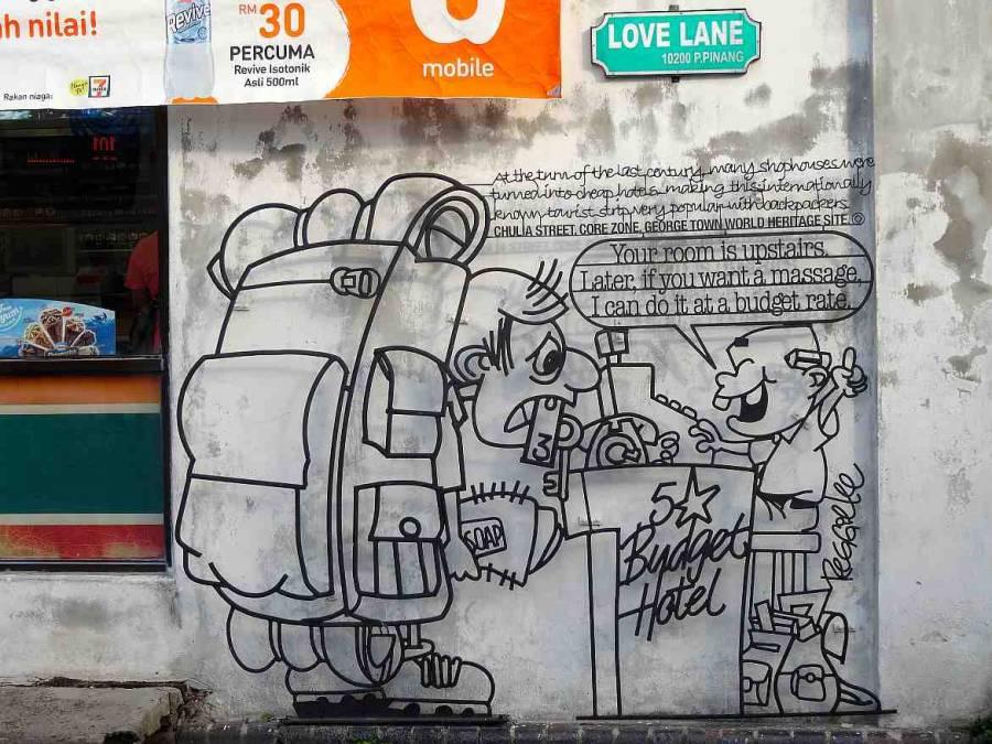 Malaysia | Straßenkunst in der Love Lane in George Town, Penang. Eine Karikatur die einen Backpacker mit Rucksack am Empfang eines Hostels auf sein Zimmer wartet