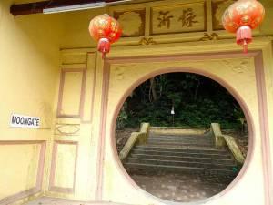 Malaysia | Penang Moon Gate. Startpunkt zur Wanderung auf den Penang Hill. Durch ein rundes gelbfarbenes Tor führt eine Treppe hinauf in den grünen Regenwald