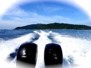Malaysia | Aussicht nach hinten aus dem Boot über zwei Motoren hinweg auf das blaue Meer und Perhentian Besar bei der Abreise mit dem Boot von den Perhentian Islands