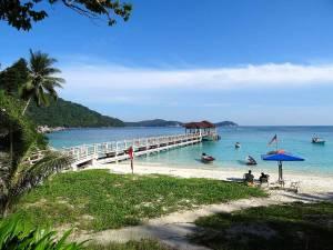 Malaysia | Blick vom Strand aus auf den Steg, der ins Wasser zum Bootsanleger auf Perhentian Besar führt