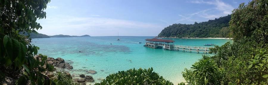 Malaysia | Perhentian Besar. Panoramablick auf den Steg des Bootsanlegers, türkisfarbenes Wasser, blauen Himmel und sattgrünes Urwaldgewächs