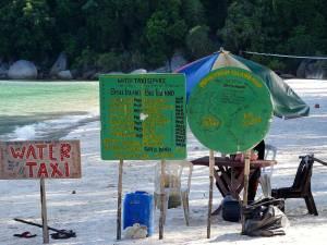 Malaysia | Perhentian Islands Wassertaxi Service am Strand von Perhentian Besar nach Kecil und zu umliegenden Stränden inklusive Angaben der Preise