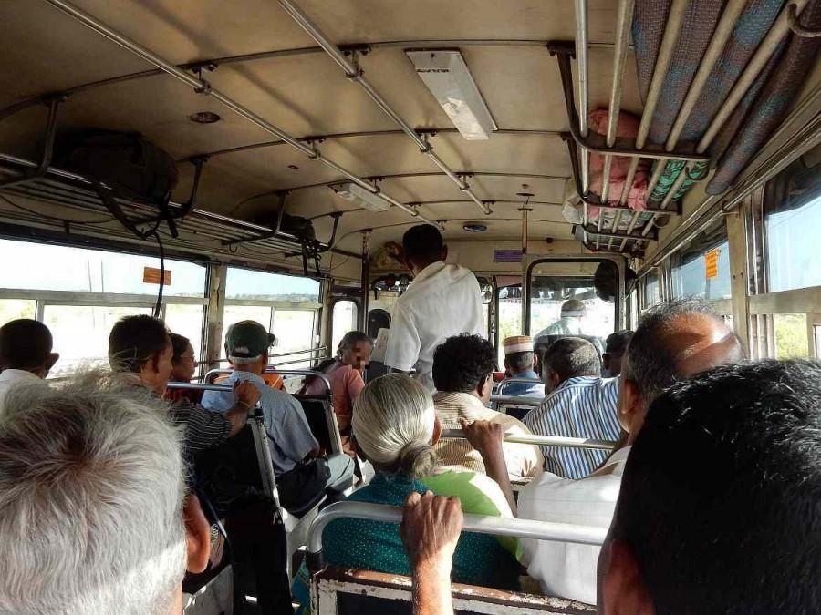 Sri Lanka | Bus fahren im Stil der Einheimischen vom Uppuveli Beach zum Nilaveli Beach. Tickets gibt es im Bus zu kaufen