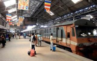 Sri Lanka | Bahnhof in Colombo Fort, wartende Einheimische am Bahnsteig zur Abfahrt Richtung Kandy