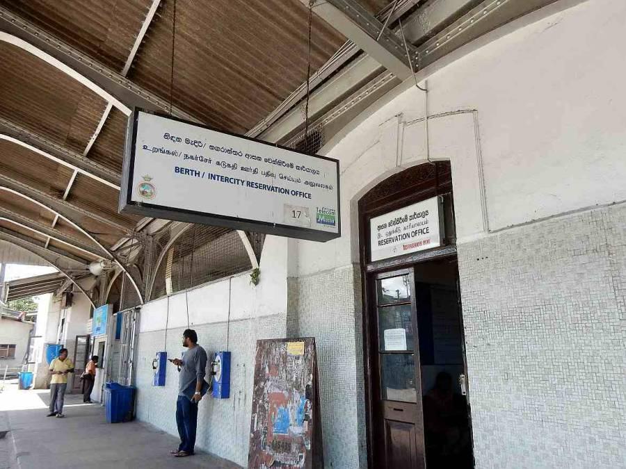 Sri Lanka |Bahnhof in Colombo Fort, Eingang zum Schalter 17, der Tickets nach Kandy oder Galle verkauft