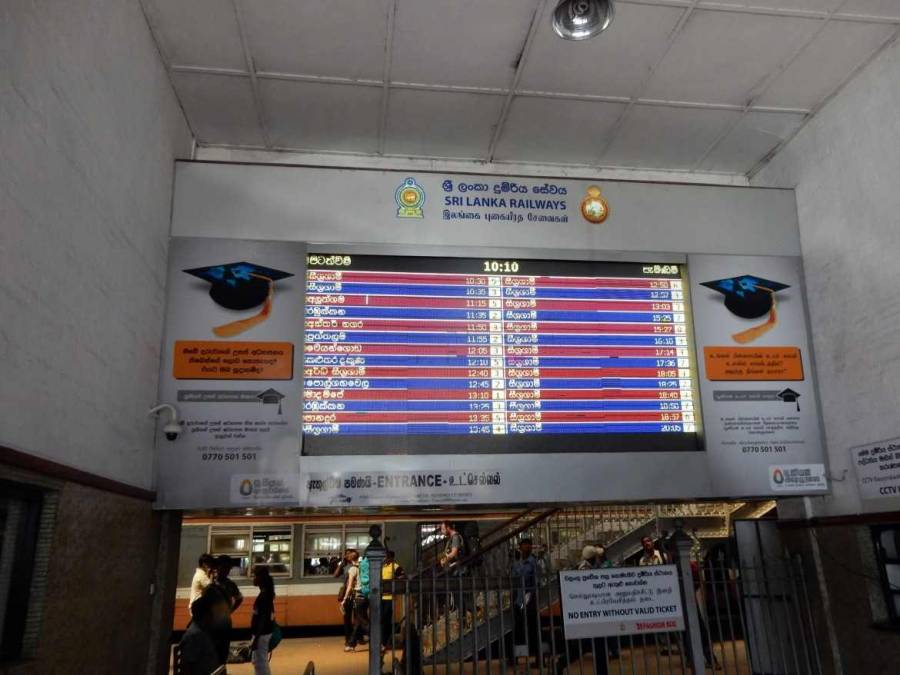 Sri Lanka |Bahnhof Colombo Fort Eingang zu den Gleisen, an denen Züge aller Linien abfahren.