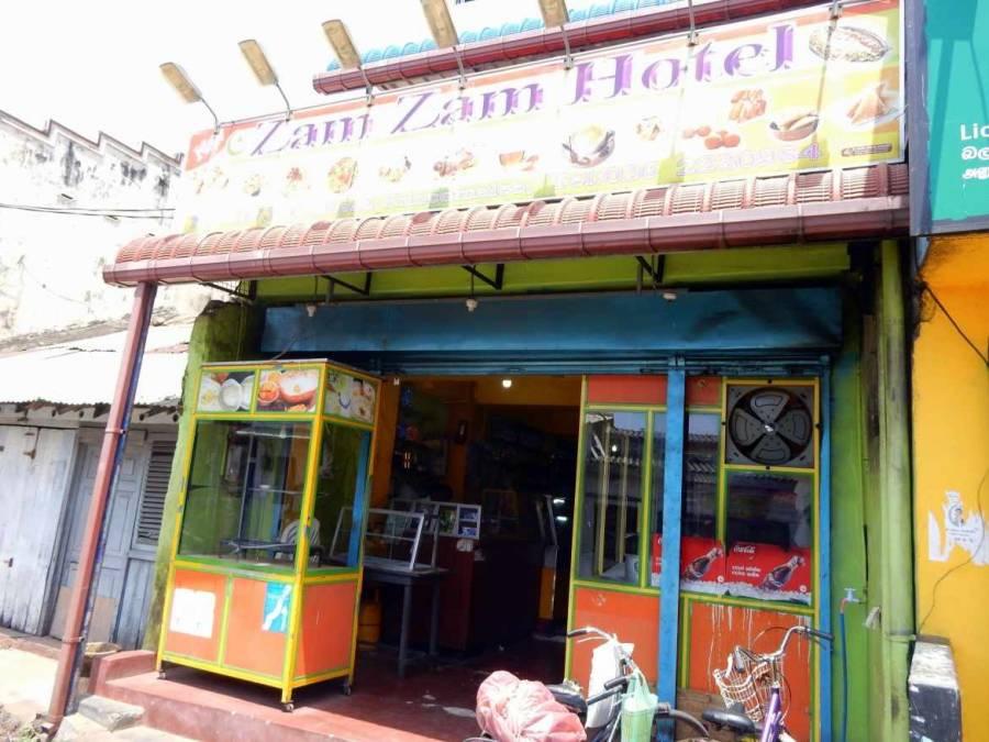 Sri Lanka | Typisches Hotel in dem Einheimische Rice & Curry essen von außen. Einer unserer Essens-Tipps. Meist sehen diese nicht gerade einladend aus, es ist jedoch sehr authentisch und lecker