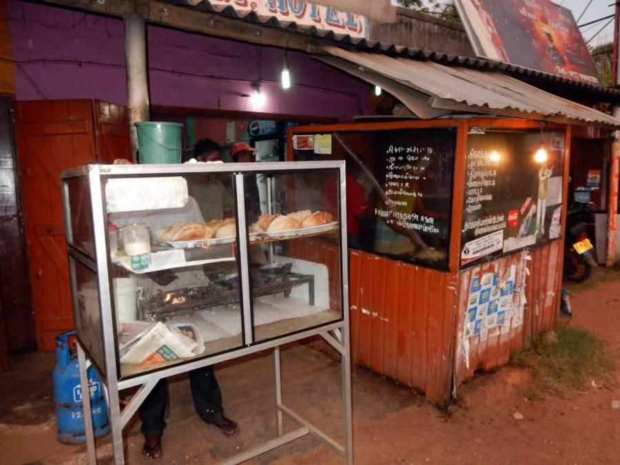 Sri Lanka | Die Blechhütten am Straßenrand bieten das beste Essen, wie hier ein typischer Kottu Verkauf in dem Einheimische essen