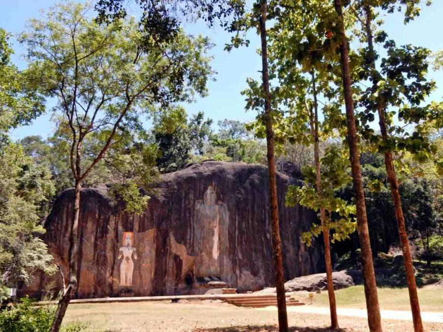 Sri Lanka   Der beeindruckende Buduruwagala Temple besteht aus gigantischen in Stein gehauenen Buddha Statuen