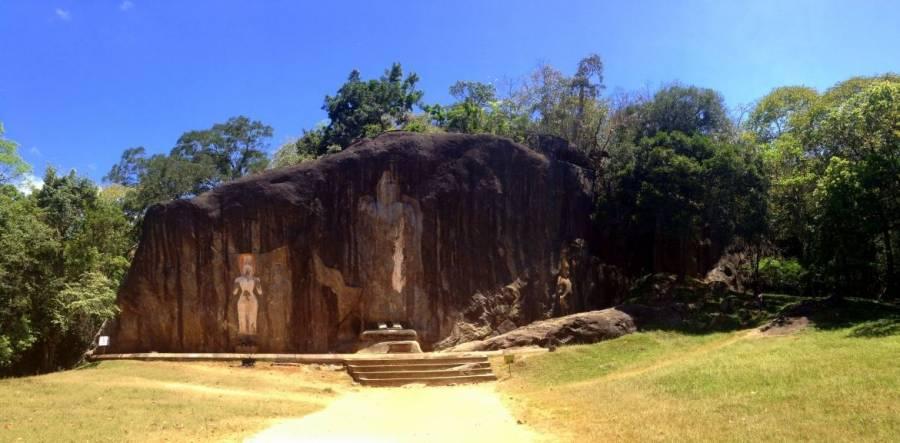 Sri Lanka | Blick auf die in Stein gehauenen Buddha Statuen des Buduruwagala Temple