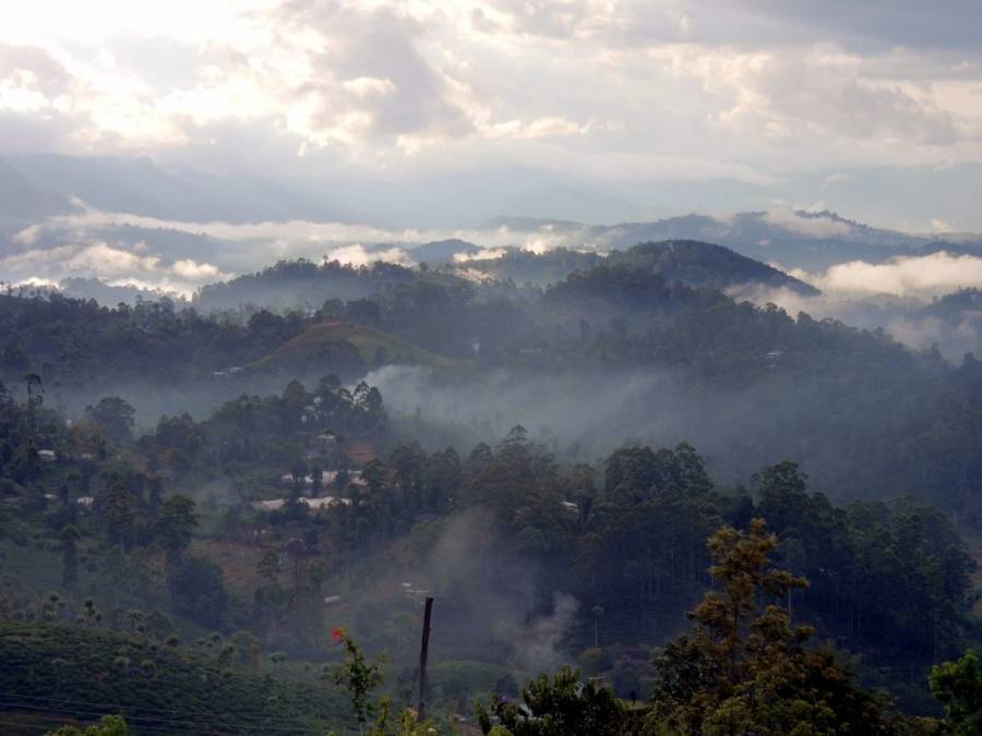 Sri Lanka   Panoramablick auf mystisch neblige Berge bei der Wanderung entlang der Bahngleise in Haputale