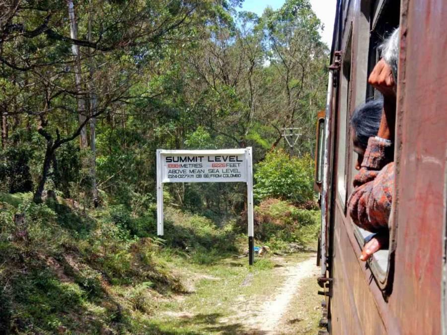 Sri Lanka | Der Zug durch das Hochland passiert ein Schild, das eine Höhenlage von knapp 2000 m ü. NN anzeigt