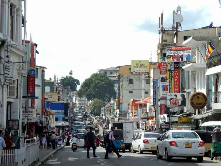 Sri Lanka   Auf der Hauptstraße in Kandy drängelt sich der Verkehr zwischen Fußgängern