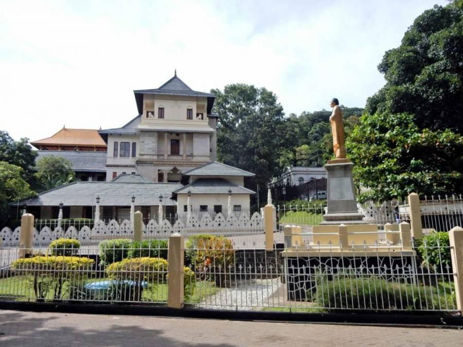 Sri Lanka   Der berühmte Zahntempel von Kandy ist ein weißes eher unscheinbares Gebäude in einer Gartenanlage