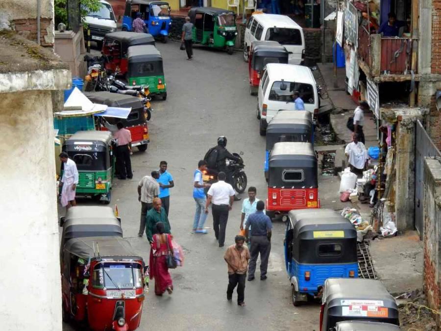 Sri Lanka  Sri Lanka   Die verwinkelten, lebhaften Gassen von Kandy auf denen sich zahlreiche Händler und Tuk Tuk tummeln