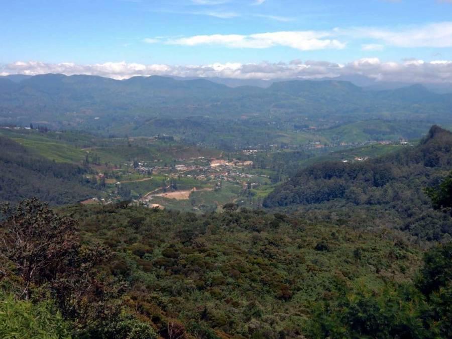 Sri Lanka   Panoramablick von einem Berg aus auf die Siedlung Nuwara Eilya Richtung Adams Peak