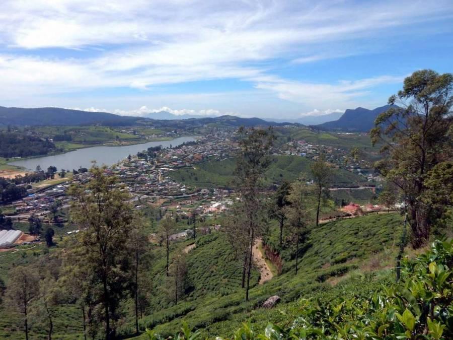 Sri Lanka   Panorama-Blick auf Nuwara Eliya, das idyllisch an einem See gelegen von Berg umrahmt wird