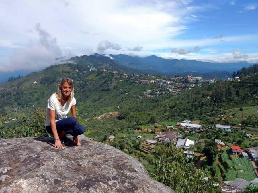 Sri Lanka   Sri Lanka   Karin vor einem beeindruckenden Berg-Panorama vor der Lipton-Teefabrik in Haputale Dambatenne
