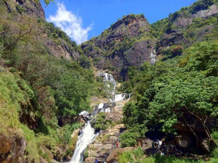 Sri Lanka   Sri Lanka   Die idyllischen Revanna Ella Wasserfälle laden mutige Touristen zum Bad ein