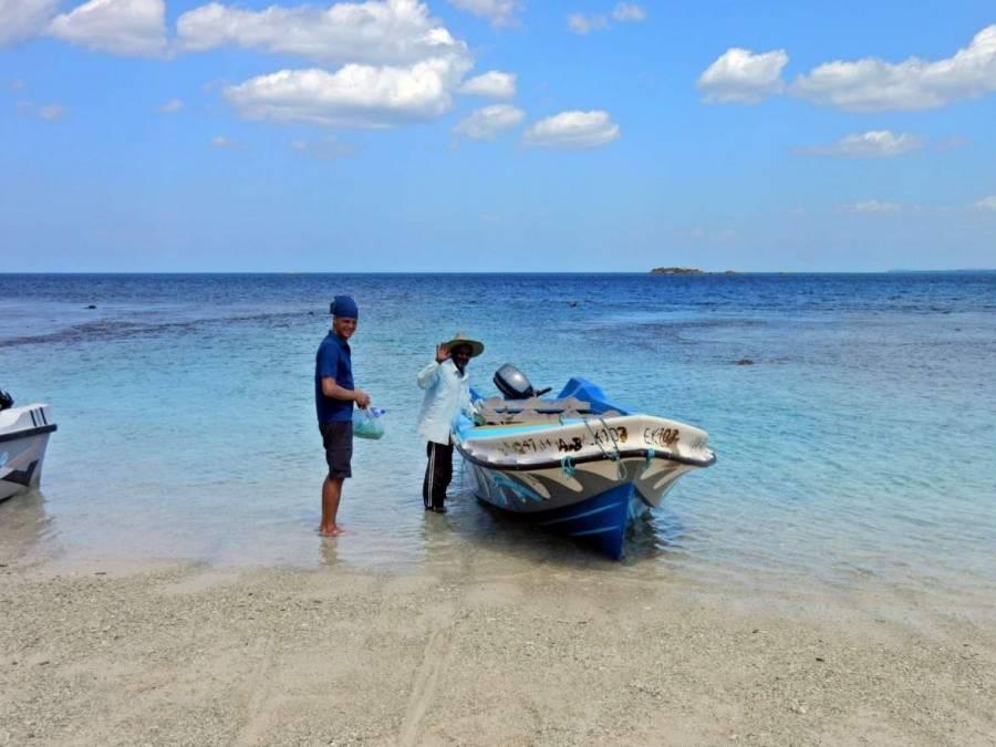 Sri Lanka | Im türkisblauen Wasser besteigen wir das Boot nach Pigeon Island
