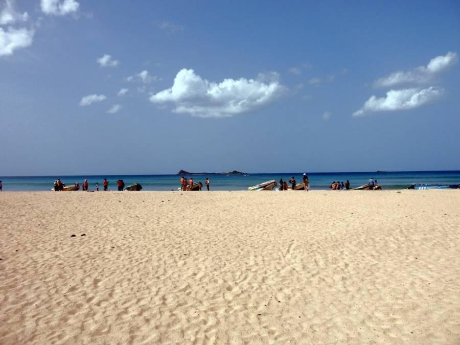 Sri Lanka | Am gelben Strand vor Pigeon Island liegen zahlreiche kleine Boote, die Touristen auf die Insel befördern