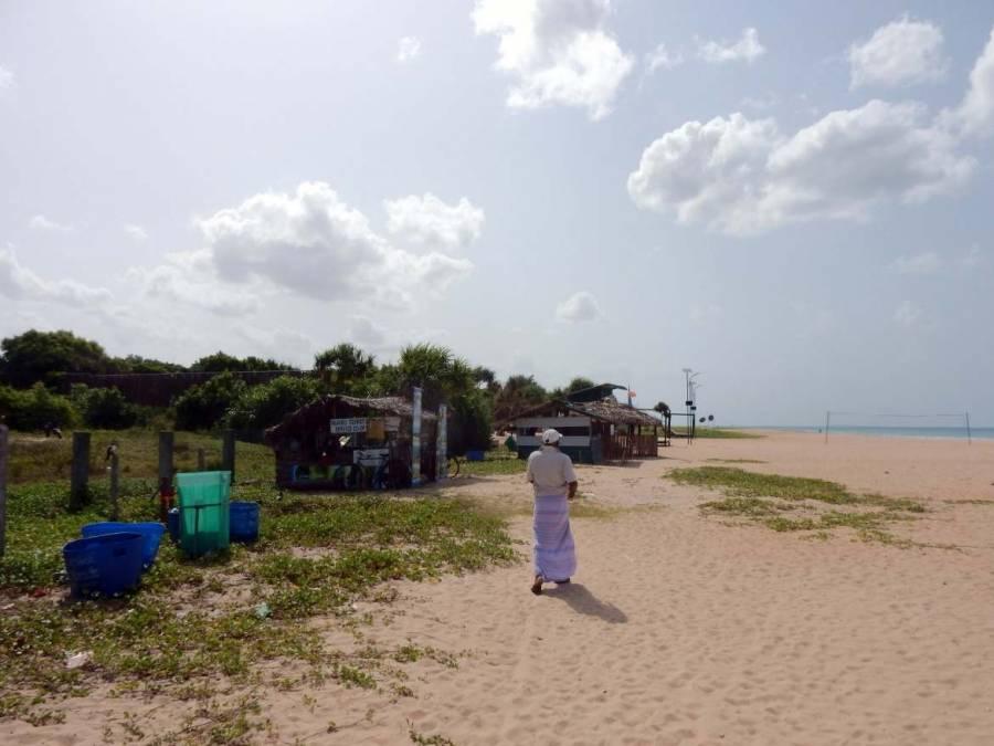 Sri Lanka | Ein Einheimischer führt uns zum Ticketverkauf am Strand vor Pigeon Island, der in kleinen Hütten stattfindet