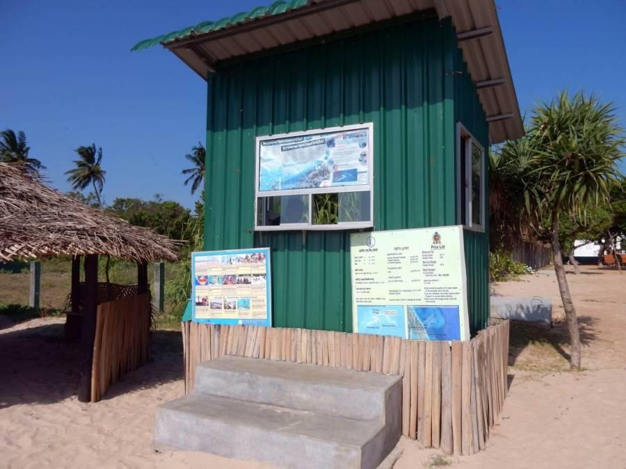 Sri Lanka | Ein grünes Häuschen am Strand für den Ticketverkauf für den Eintritt zum Nationalpark auf Pigeon Island