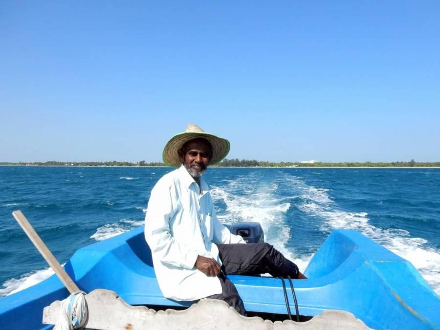 Sri Lanka | Ein freundlicher Bootfahrer manövriert sein kleines Boot sicher, um Touristen nach Pigeon Island zu bringen