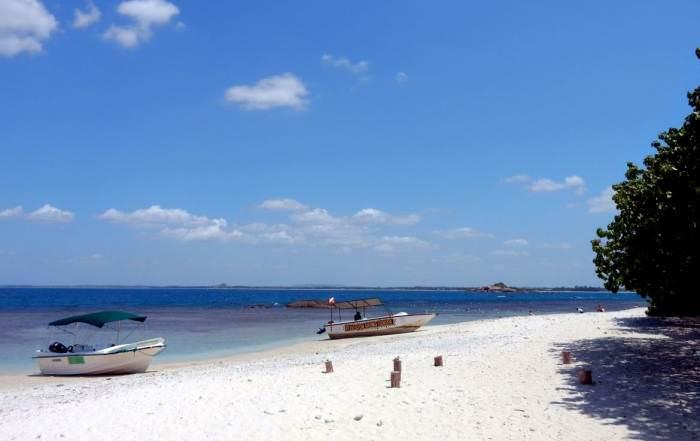 Sri Lanka | Der menschenleere weiße Traumstrand von Pigeon Island an dem zwei Fischerboote liegen