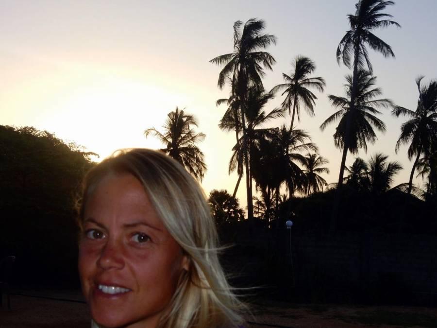 Sri Lanka | Karin beim Sonnenuntergang in Trincomalee mit toller Abendstimmung inmitten von meterhohen Palmen