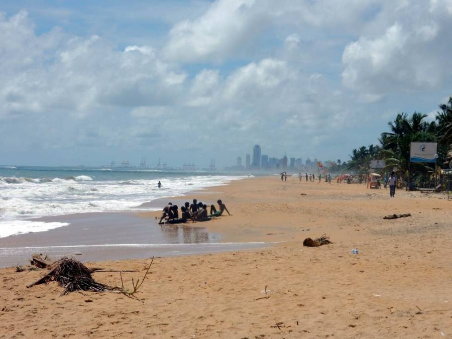 Sri Lanka | Blick von Strand in Mount Lavina in Richtung Colombo Downtown. Die Ruhe des Strandes am Rande der Hauptstadt