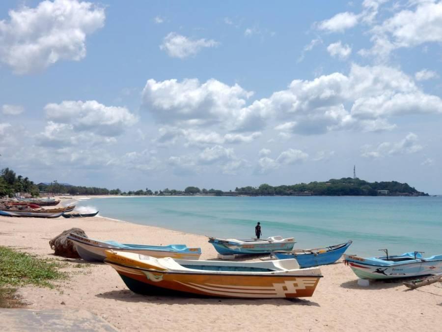 Sri Lanka | Strand von Trincomalee mit Blick Richtung Uppuveli Beach an der Ostküste. Zahlreiche Fischerboote liegen am Traumstrand