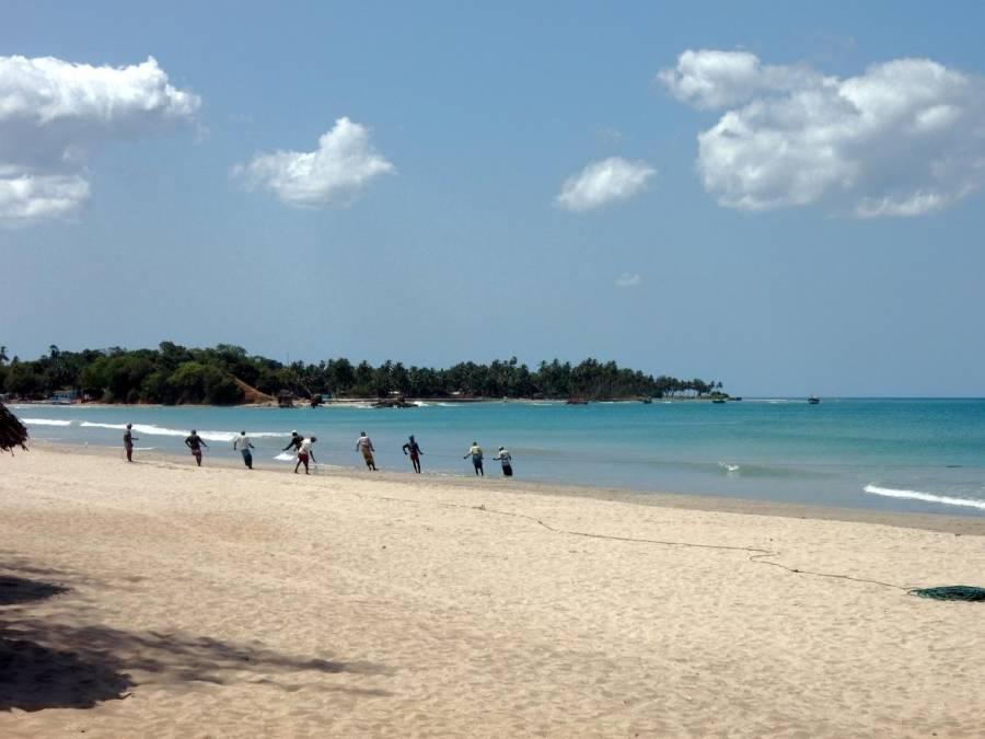 Sri Lanka | Fischer holen das Netz ein am Uppuveli Strand bei Trincomalee