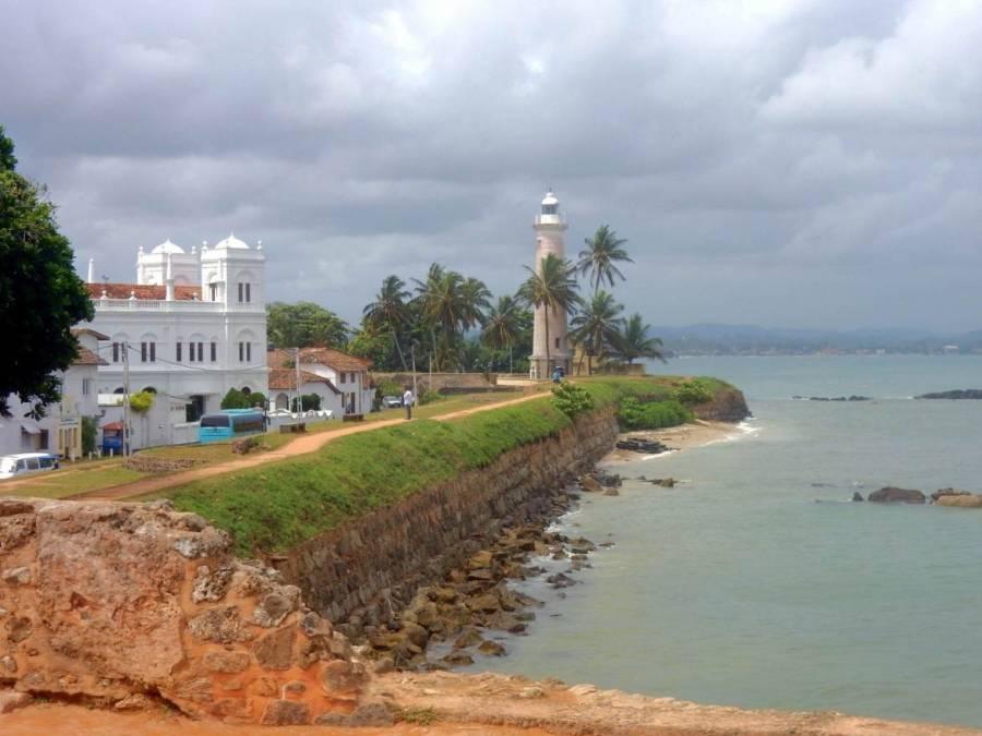 Sri Lanka | Blick von der Stadtmauer entlang der Kathedrale Richtung Leuchtturm