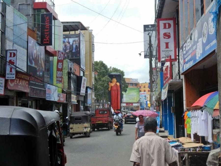 Sri Lanka | Die umtriebige Innenstadt von Galle mit zahlreichen Mopeds und Tuk Tuks