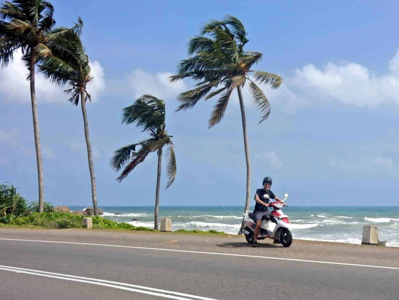 Sri Lanka | Traumhafte Fahrt entlang der Westküste mit dem Roller von Mirissa nach Galle. Die Straße führt direkt entlang der palmengesäumten Strände vor der einbrechenden Brandung des indischen Ozeans