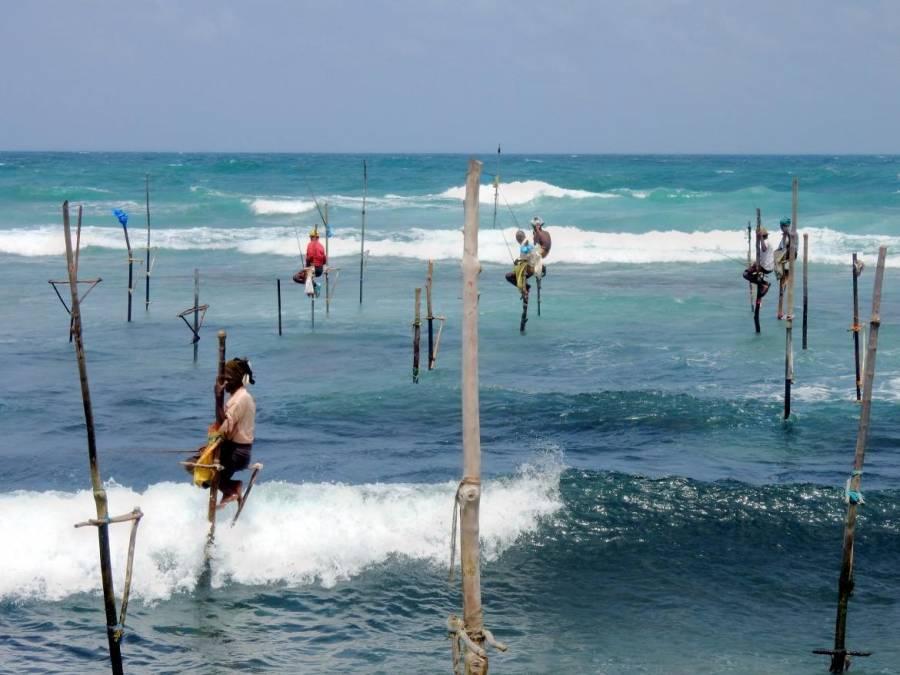 Sri Lanka | Die berühmten Stelzenfischer bei von Koggalla die auf Pfählen sitzend über der Brandung des indischen Ozeans fischen