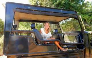 Sri Lanka | Karin genießt den Ausblick vom komfortablen Jeep im Yala Nationalpark. Der erhöhte Aufbau garantiert die beste Aussicht