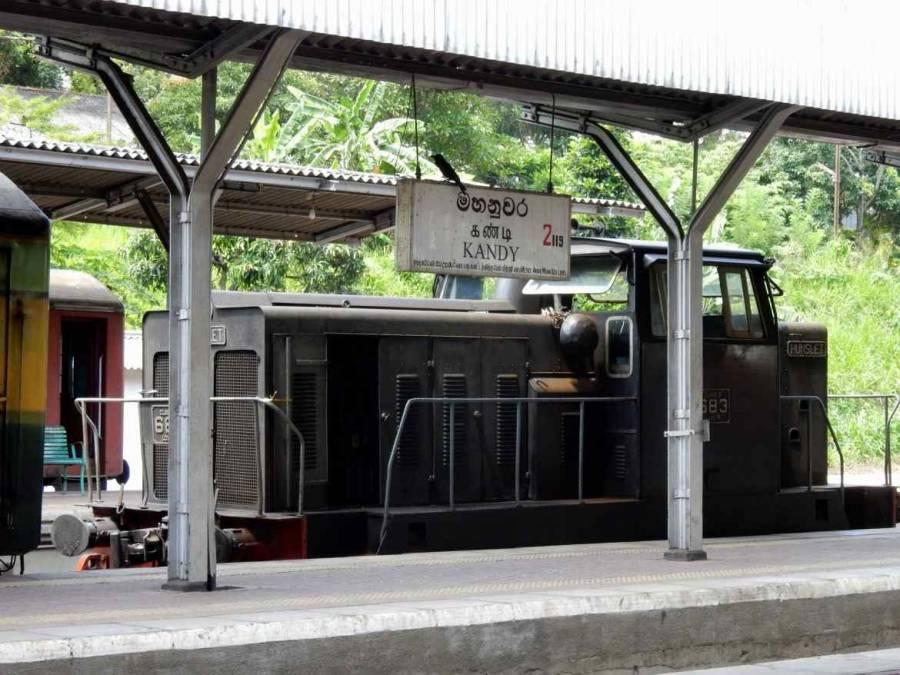 Sri Lanka   Bild einer alten Diesellok am Bahnhof von Kandy, die allerdings kein historischer Zug ist